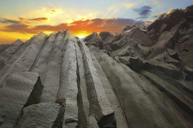 basalt-bars-black-golden-clouds-small